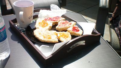 Scones, ägg, smoothie och vatten