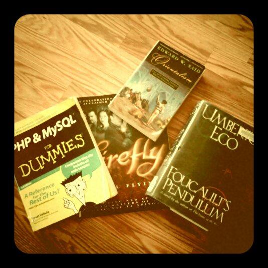 bild på böcker på golvet